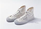 スニーカーなどの靴底はゴム製なので電気を通しません